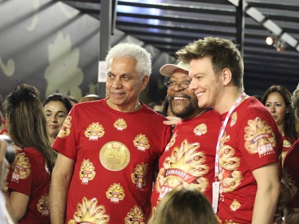 10.fev.2013 - Paulinho da Viola, Martinho da Vila e Michel teló acompanham os desfiles no camarote Caras