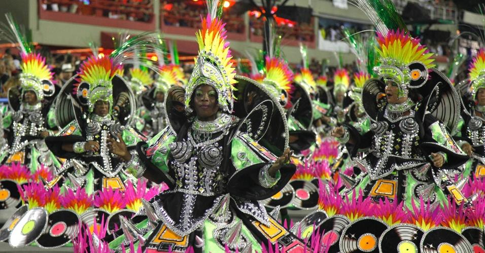 11.02.2013 - Ala das baianas da Mocidade. Escola faz Carnaval com materiais reciclados.