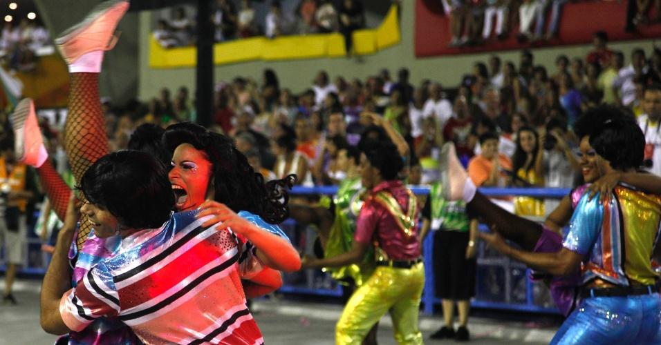11.02.2013 - Comissão de frente mistura passos de rock e samba. Mocidade Indepentende canta em homenagem ao Rock in Rio