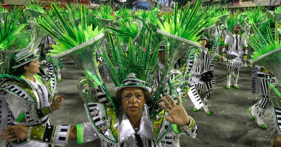 11.02.2013 - Passistas fazem a festa com o enredo da Mocidade Independente, na primeira noite de desfiles na Marquês da Sapucaí, Rio de Janeiro.
