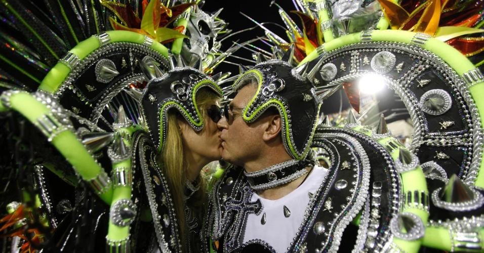11.02.2013 - Passistas se beijam na passarela do samba durante o desfile da Mocidade Independente.