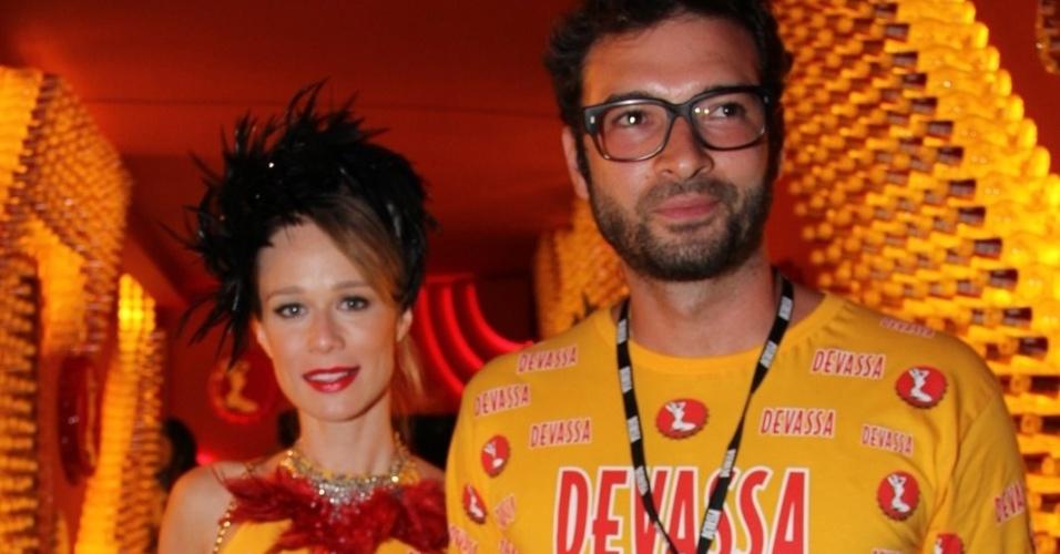 11.fev.2013 - A atriz Mariana Ximenez chega ao Camarote Devassa ao lado de seu companheiro, o publicitário Lucas Mello, para acompanhar o desfile da Mangueira