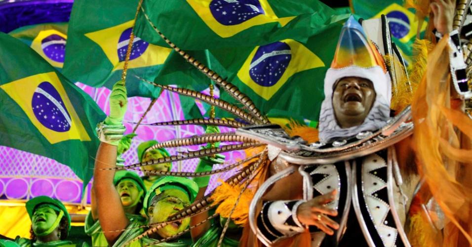 11.fev.2013 - A bailarina Flávia representa a Garota de Ipanema, imortalizada pela música de Vinícius. Helô Pinheiro, a inspiração para a música