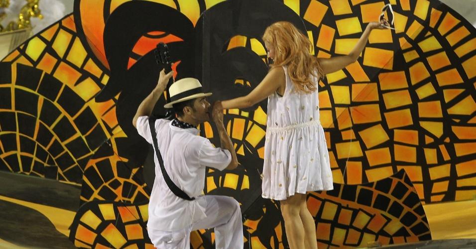 11.fev.2013 - A bailarina Flávia representou a Garota de Ipanema, imortalizada pela música de Vinícius. Helô Pinheiro, a inspiração para a música