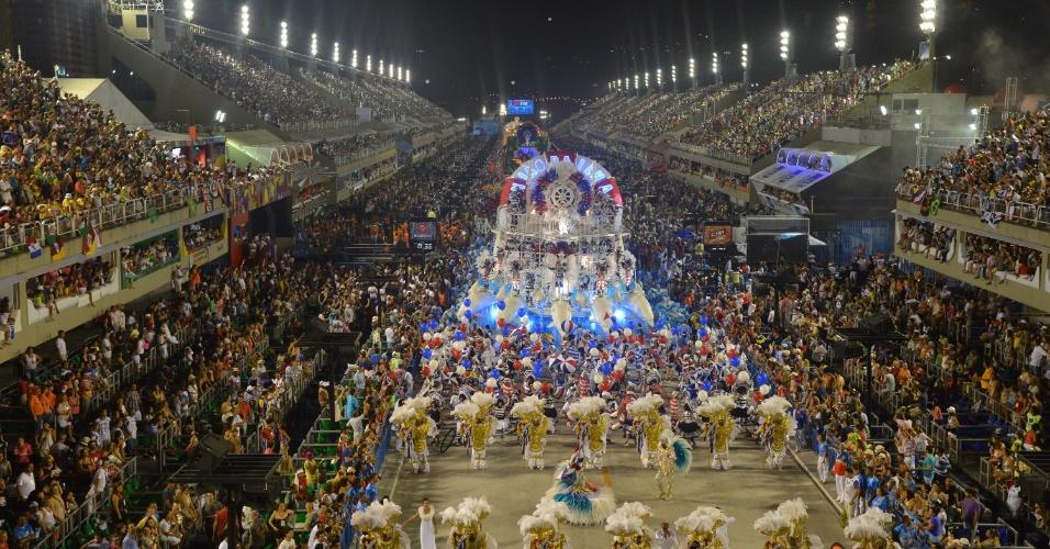 11.fev.2013 - Imagem aérea mostra a União da Ilha tomando a Marquês de Sapucaí com seu enredo em homenagem ao centenário do nascimento de Vinícius de Moraes