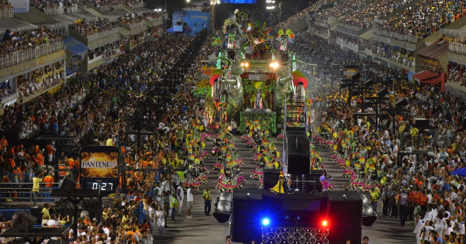 11.fev.2013 -  A Mocidade Independente de Padre Miguel entrou às 2h55 na avenida com o enredo patrocinado de Alexandre Louzada