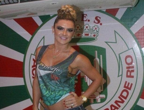 11.fev.2013 - A modelo Mirella Santos acompanhou o segundo dia de desfiles no Camarote da Grande Rio; ontem ela esteve no Camarote da Brahma