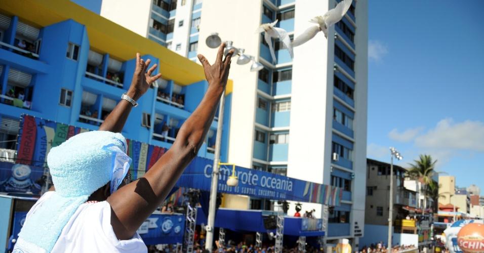 11.fev.2013 - Afoxé Filhos de Gandhy desfila em Salvador. O grupo é constituído apenas de homens e tem inspiração nos ensinamentos do indiano Mahatma Gandhi. Com raízes afro-brasileiras, um afoxé é um cortejo de rua que sai durante o Carnaval. No Filhos de Gandhy, os participantes jogam essência de alfazema pelas ruas