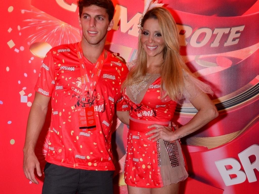 11.fev.2013 - Amaury Nunes e Danielle Winits posam no camarote Brahma