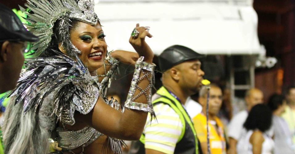 11.fev.2013 -  Camila Silva, rainha da bateria da Mocidade Independente de Padre Miguel, anima samba enredo que faz homegem ao Rock.