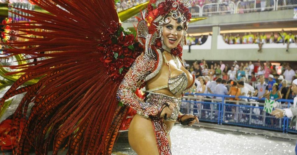 11.fev.2013 - Ângela Bismarchi dá o ar da graça no desfile da Mocidade Independente. Samba-enredo da escola faz homenagem ao Rock in Rio
