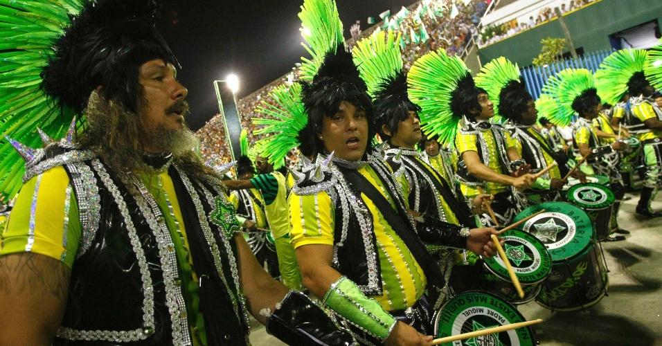 11.fev.2013 - Bateria da Mocidade segue regida pelo Mestre André. Mocidade Independente faz Carnaval com materiais reciclados.