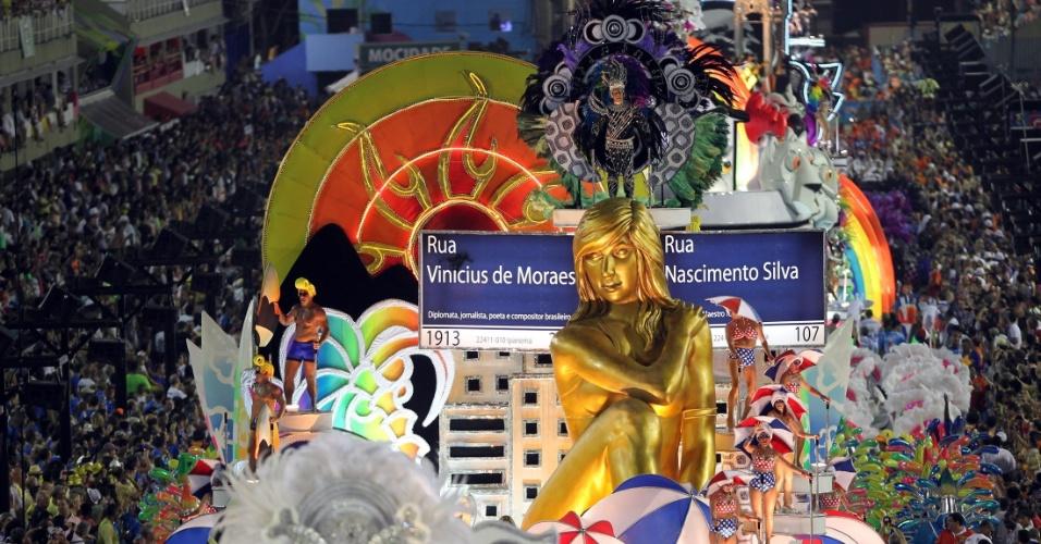 11.fev.2013 - Carro da União da Ilha reproduziu a famosa esquina das ruas Nascimento Silva e Vinícius de Moraes, em Ipanema; o número 107 da Nascimento Silva é citado em uma composição de Vinícius, música