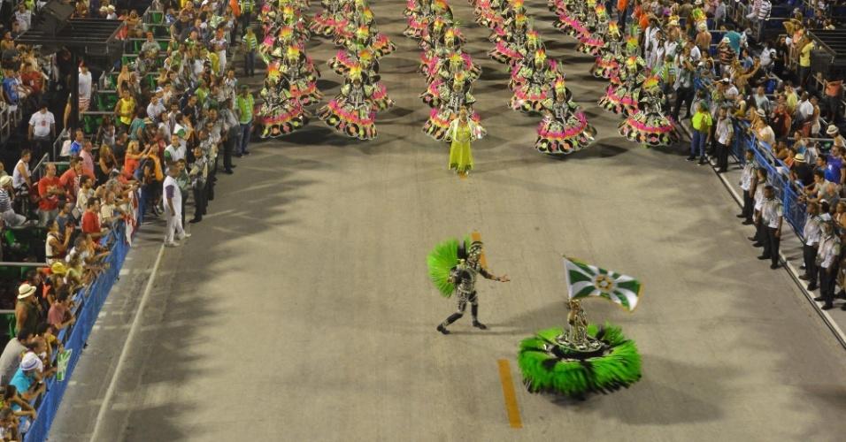 11.fev.2013 - Casal de mestre-sala e porta-bandeira abrem espaço para a Mocidade na Sapucaí. Samba-enredo da escola faz homenagem ao Rock in Rio