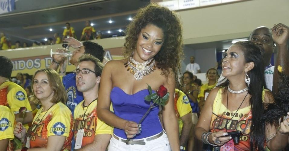 11.fev.2013 - Depois de desfilar pela Unidos da Tijuca, Juliana Alves assiste a desfile da Portela