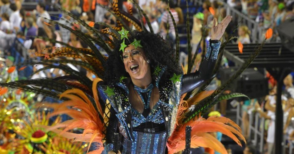 11.fev.2013 - Destaque de carro alegórico canta com Mocidade Independente. Escola fez homenagem ao Rock in Rio.
