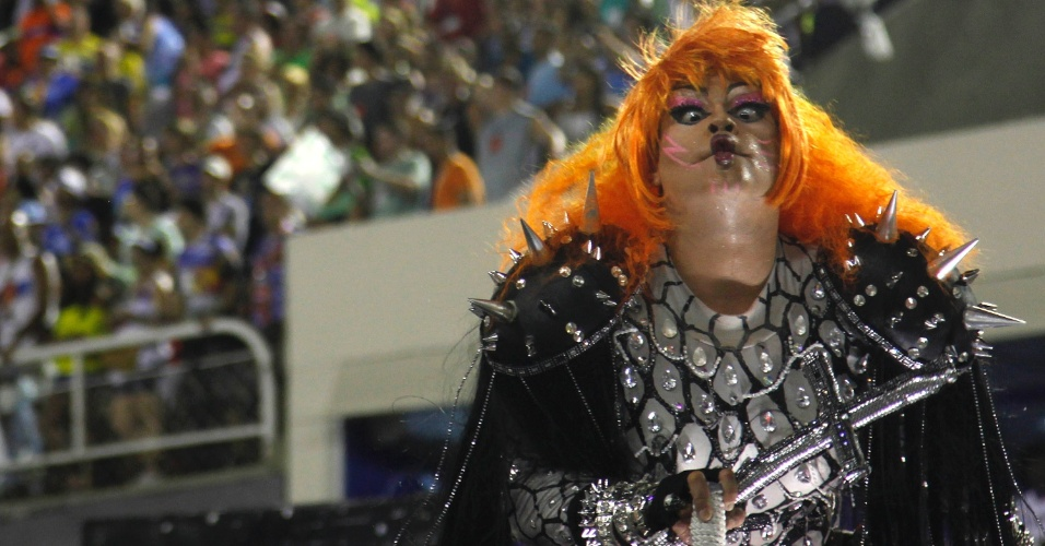 11.fev.2013 - Destaque de carro alegórico usa fantasia que lembra os integrantes da banda Kiss. Mocidade Independente fez homenagem ao Rock in Rio.