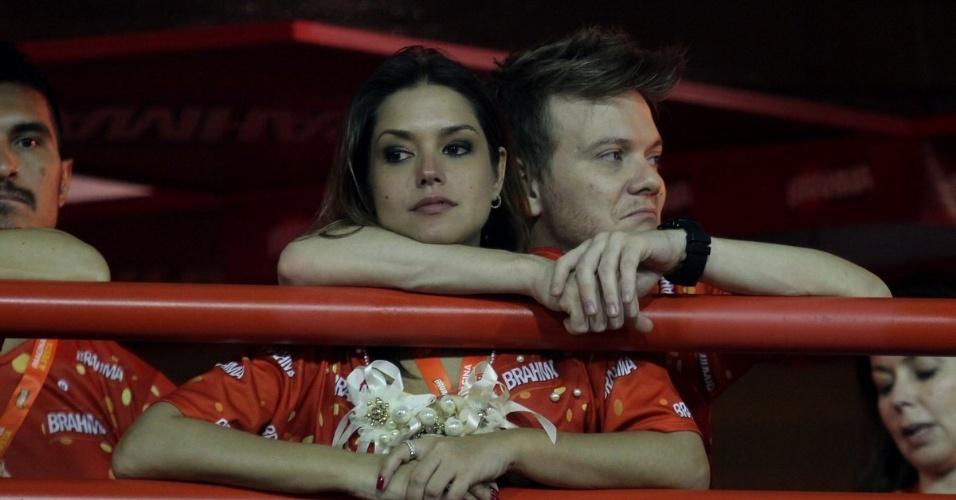 11.fev.2013 - Michel Teló e a namorada, a atriz Thais Fersoza, assistem juntos os desfiles, do camarote Brahma