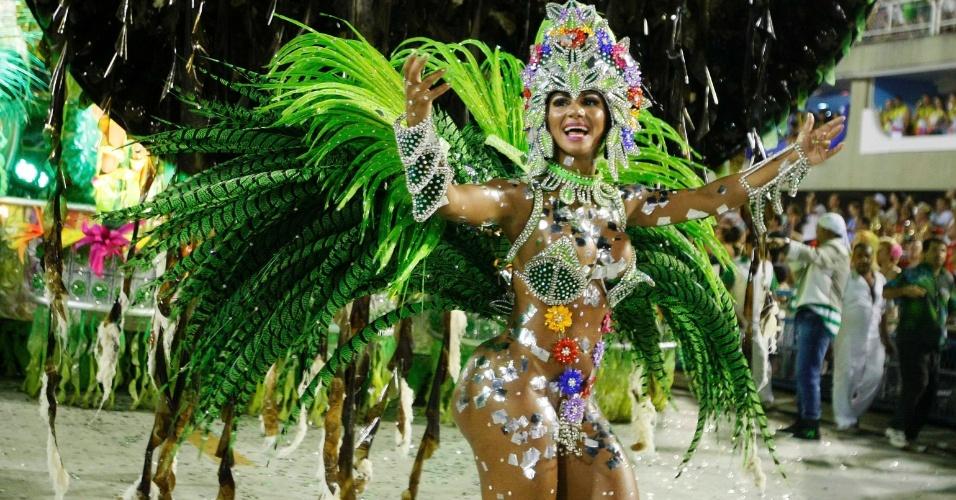 11.fev.2013 - Musa da Mocidade perde tapa-sexo na Sapucaí. Escola faz Carnaval homenageando o Rock in Rio.