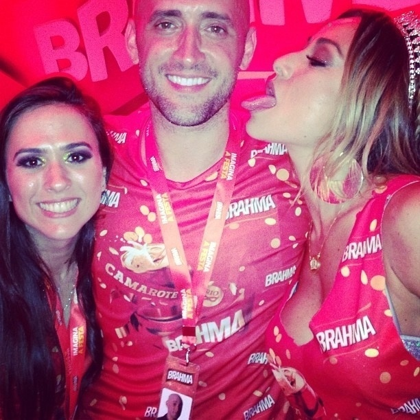 11.fev.2013 - O ator Paulo Gustavo (centro) publicou em seu Instagram uma foto ao lado de Tatá Werneck e Sabrina Sato