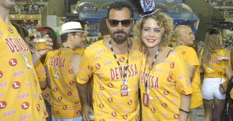 11.fev.2013 - o empresário Alexandre Youssef e a atriz Leandra Leal assistem ao desfile da Mangueira no Camarote Devassa
