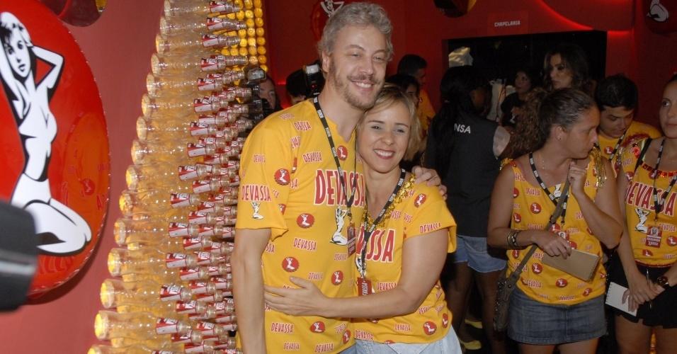 11.fev.2013 - Os atores Guilherme Weber e Giulia Gam acompanham o Carnaval do Rio no Camarote Devassa