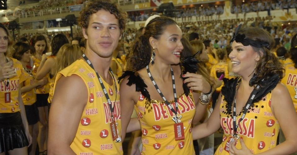 11.fev.2013 - Os atores José Loretto, Débora Nascimento e Milena Toscano acompanham o desfile da Mangueira na Sapucaí