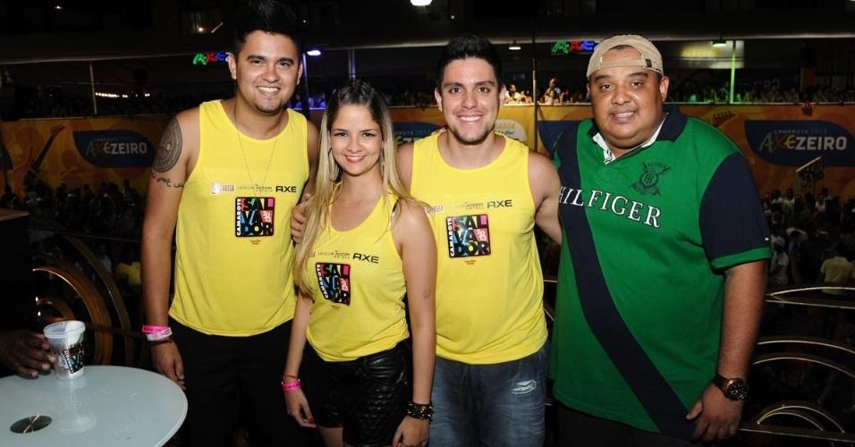 11.fev.2013 - Os cantores sertanejos Humberto, Maria Cecília e o marido, Rodolfo, ao lado de Ronaldo, entre os foliões do Carnaval de Salvador