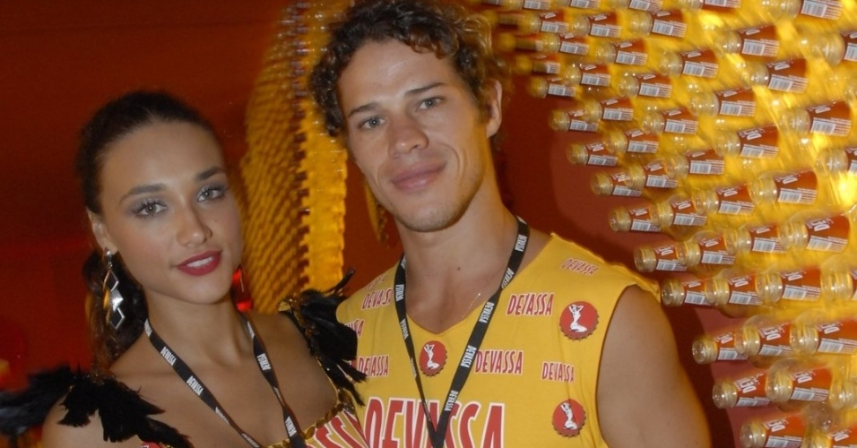 11.fev.2013 - Os casal de atores José Loretto e Débora Nascimento chegam ao Camarote Devassa