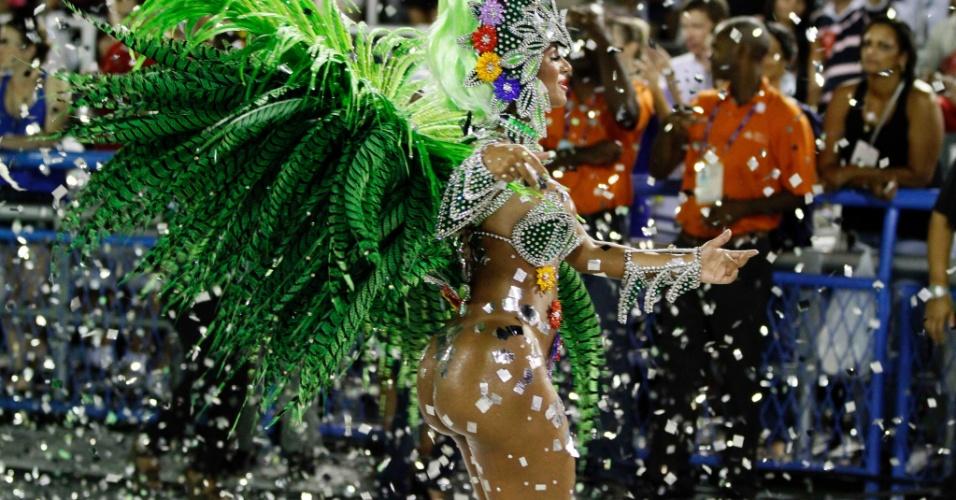 11.fev.2013 - Passista mostra seu gingado na Sapucaí. Samba-enredo da escola faz homenagem ao Rock in Rio