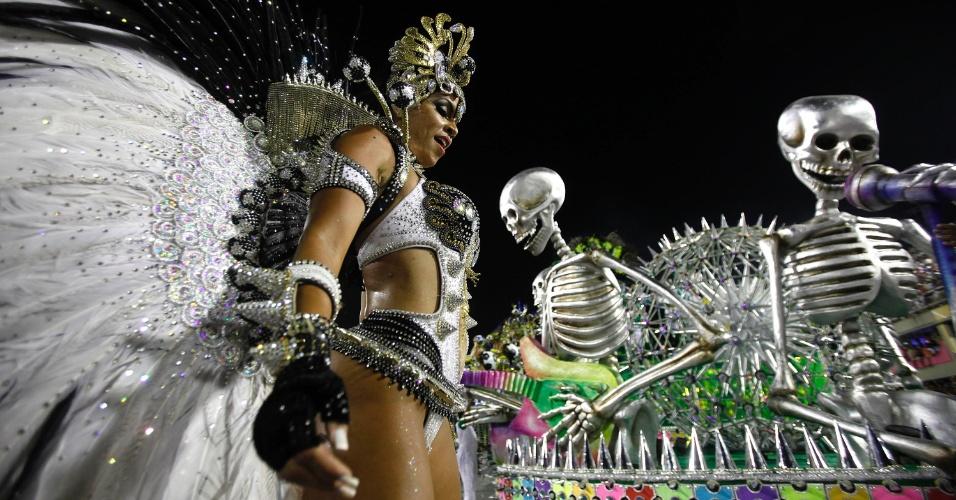 11.fev.2013 - Passista samba ao lado dos esqueletos metálicos.Samba-enredo da escola faz homenagem ao Rock in Rio
