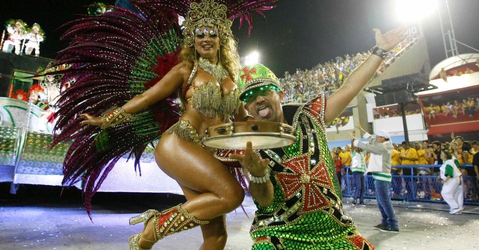 11.fev.2013 - Passista samba com o enredo da Mocidade. Escola faz Carnaval com materiais reciclados.