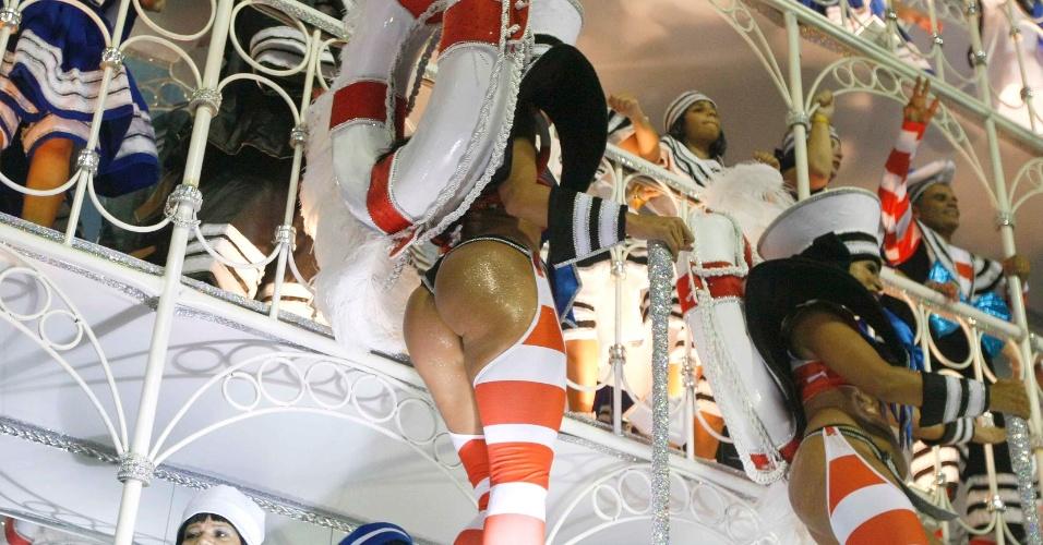 11.fev.2013 - Carro alegórico lembra a balsa até a ilha do governador, onde Vinícius passava os fins de semana na juventude