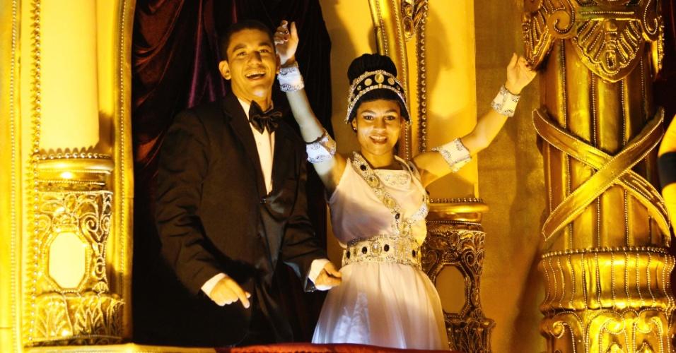 11.fev.2013 - União da Ilha do Governador lembra o lado boêmio de Vinícius de Moraes com carro alegórico que lembra um show musical