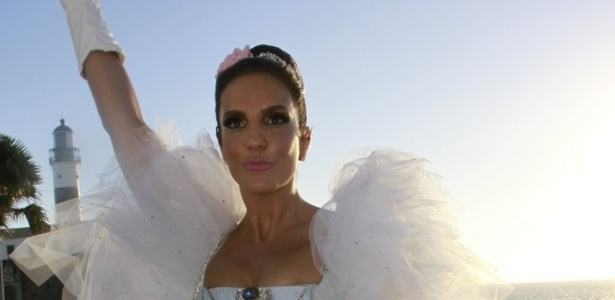 11.fev.2013 - Vestida de Maria Antonieta, Ivete Sangalo faz seu terceiro show no Carnaval de Salvador no bloco Fecundana/Coruja