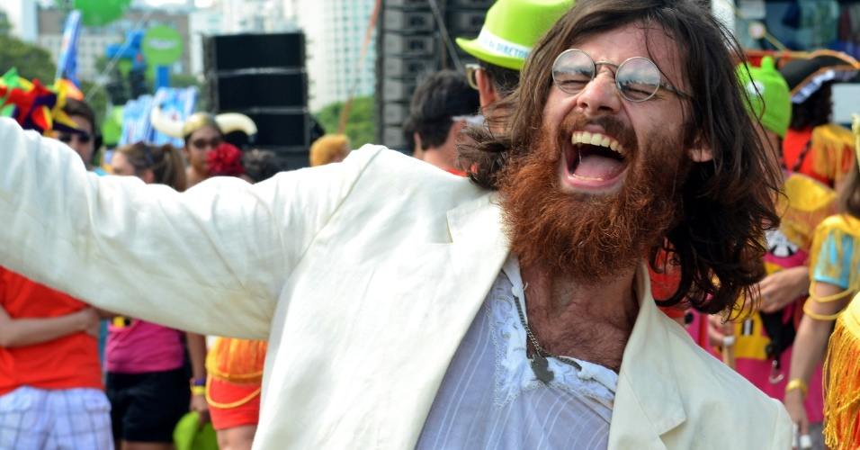 11.fev.2013 - Vestido de John Lennon, folião participa do bloco do Sargento Pimenta, no Rio de Janeiro