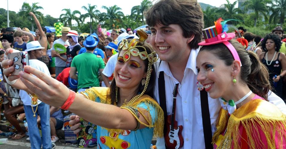 11.fev.2013 - Vestido de Paul McCartney, folião posa para fotos durante o bloco do Sargento Pimenta, no Rio de Janeiro