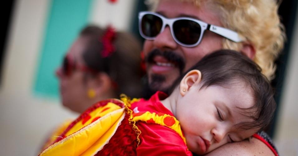 11.fev.2013: A pequena foliona tira um cochilo durante o desfile do bloco infantil em Olinda