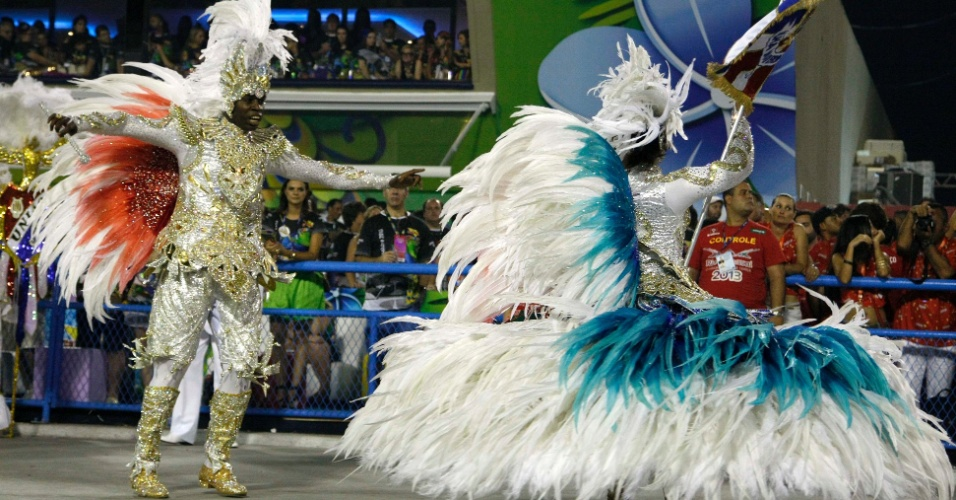 13.fev.2013 - Mestre-sala e porta-bandeira da União da Ilha do Governador tomam a Sapucaí no primeiro dia de desfiles do Rio de Janeiro