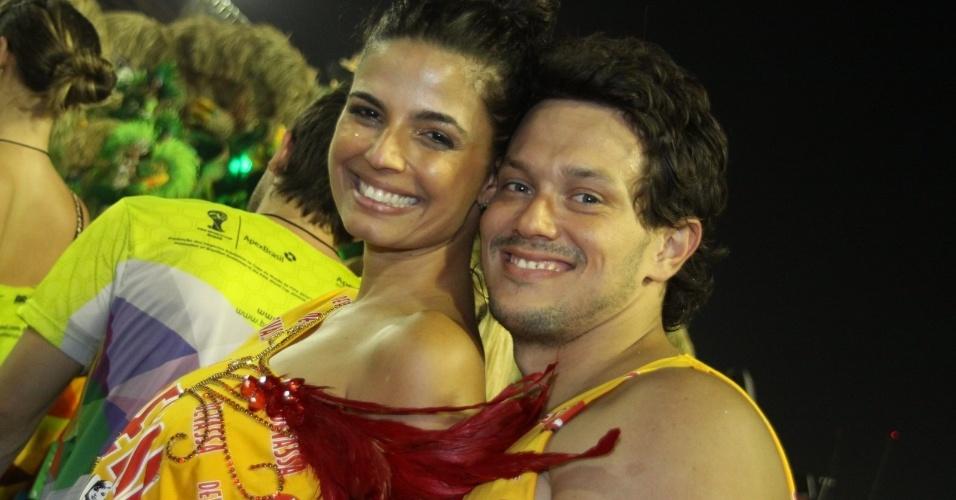 11.fev.2013 - A atriz Emanuelle Araújo posa com seu companheiro, o advogado Carlos Blecher, durante o desfile da Beija Flor