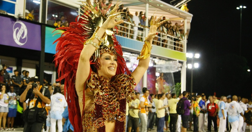 11.fev.2013 - Cláudia Raia durante o desfile da Beija-Flor desfila no sambódromo do Rio