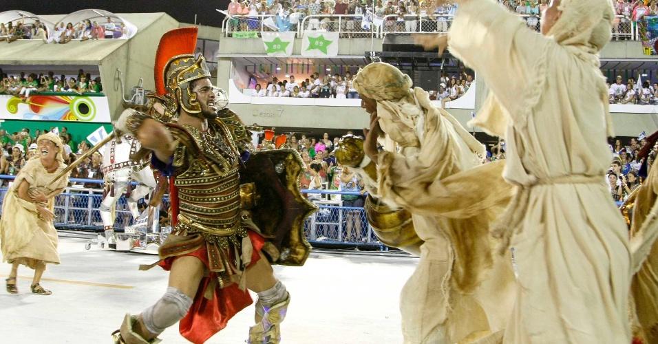 11.fev.2013 - A escola Beija-Flor desfila no sambódromo do Rio; escola desfilou com o enredo