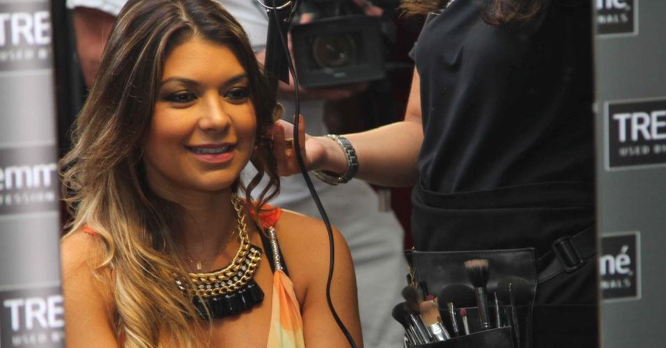 11.fev.2013 - A modelo e apresentadora Amanda Françoso cuida do visual e faz babyliss no cabelo no camarote da revista QUEM, em Salvador