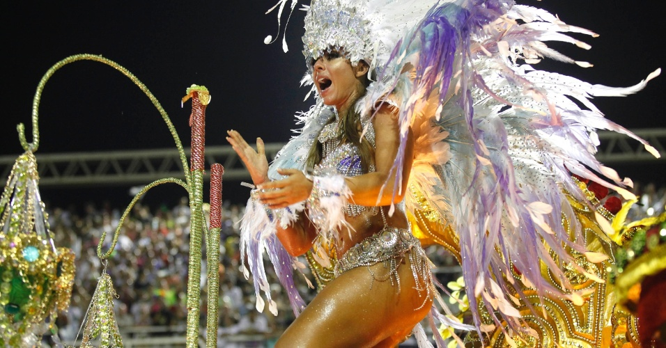 11.fev.2013 - A modelo Nicole Bahls foi uma das personalidades presentes no desfile da Beija-Flor. Ela veio no terceiro carro da escola, representando a Deusa de Diamante. Exausta ao término da apresentação, a ex-panicat precisou ser amparada por seguranças