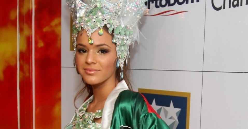 11.fev.2013 - Bruna Marquezine e Neymar assumiram o namoro momentos antes da atriz desfilar pela Grande Rio; ela posou para os fotógrafos no camarote da escola