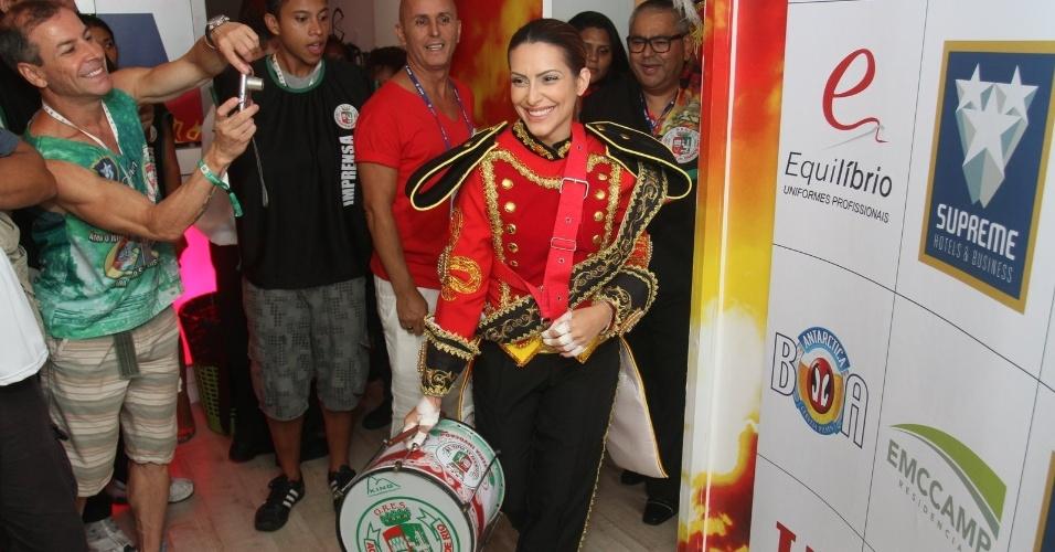 11.fev.2013 - Cléo Pires prepara-se para desfilar no Camarote da Grande Rio; atriz vai integrar a bateria da escola
