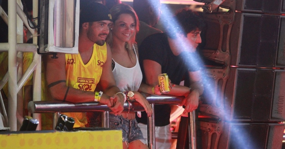 11.fev.2013 - Ex-BBB Yuri assiste show do Chiclete com Banana ao lado de loira misteriosa e Bruno de Luca, em Salvador