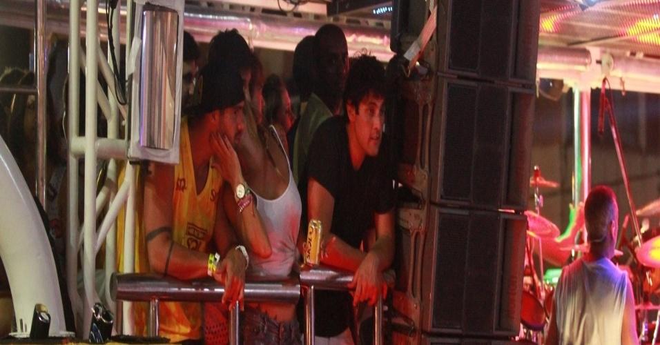 11.fev.2013 - Loira dá beijo em rosto de ex-BBB Yuri durante show do Chichete com Banana, em Salvador