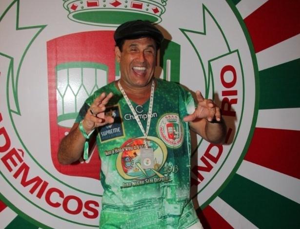 11.fev.2013 - O humorista Sérgio Mallandro posa para fot[ógrafos no Camarote da Grande Rio