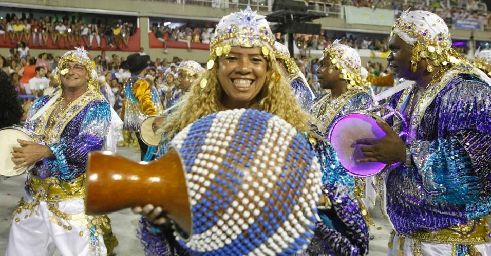 11.fev.2013 - Ritmistas da bateria da Beija-Flor interpretam o enredo